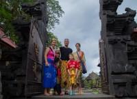 Familien i tempelporten.